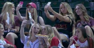 """Confirman que las personas que se toman """"selfies"""" padecen de un trastorno mental"""