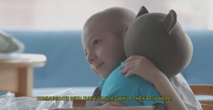 Un oso de peluche que pone una sonrisa en un grupo de niños con cáncer