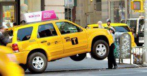 Esta pequeña policía de tránsito sorprende con su fuerza al público en Nueva York