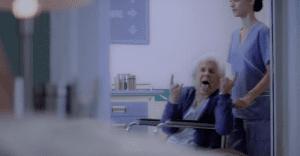Una adorable abuela se vuelve fanática del rock luego de una transfusión