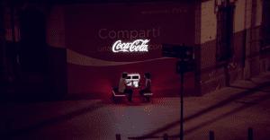 Un amigable anuncio que invita al público a compartir una Coca-Cola