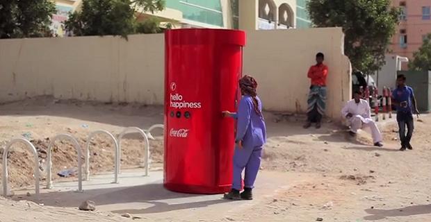 Coca cola convierte las chapas de sus botellas en dinero - Chapa coca cola pared ...