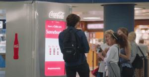 Coca-Cola y JetBlue se unen para regalar gaseosas y pasajes con una máquina de lo más genial