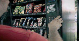 Una máquina dispensadora de dulces que se preocupa por la salud bucal de sus hijos