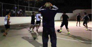 Un grupo de jugadores se enfrenta a un anciano que domina demasiado bien el balón