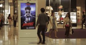 Daredevil irrumpe en una centro comercial en París de la más original manera