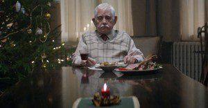 Lo que hace este abuelo por reunir a su familia en navidad los impactará