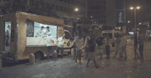 Un camión de comida que prepara manjares para personas que viven en la calle