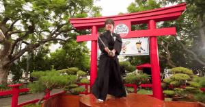 Un verdadero samurái se pone a destrozar frutas con su katana para promocionar una famosa app