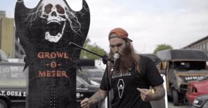Gritos y más gritos para promocionar un servicio de renta de carros en un festival de música metal