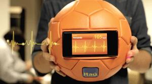 Un balón de fútbol que atrapa los latidos de corazón de las personas