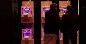 Una impresora 3D crea originales diseños en vivo con las donaciones que recibe