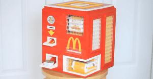 Lo único que faltaba: una máquina de Lego que vende McNuggets