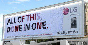 Un billboard hecho con toda la ropa que puede lavar la nueva lavadora de LG