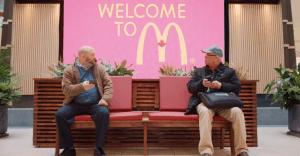 McDonald's une a desconocidos con un sillón que regala experiencias