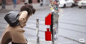Nescafé sorprende con máquinas en los semáforos que fomentan el saludo con extraños