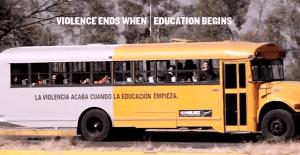 Un bus con reclusos y escolares se pasea para mostrar un importante mensaje