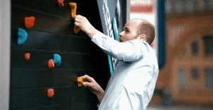 Powerade hace sudar a los berlineses con unas originales vallas que se convierten en gimnasios