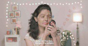 Una mujer desfigurada por el ácido enseña cómo maquillarse