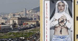 Un anuncio con una monja topless genera polémica en Italia antes de la llegada del Papa