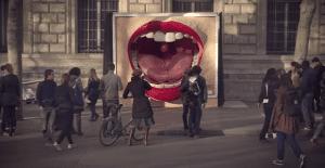 Una empresa de ferrocarriles sorprende con divertidas vallas publicitarias tridimensionales