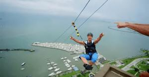 Speed Stick instala el urban zip line más alto del mundo para una espectacular campaña