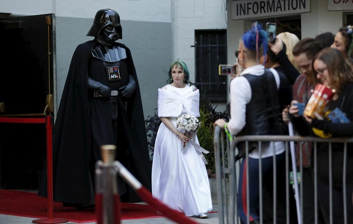 Caroline Ritter from Australia arrives for her wedding ceremony escorted by a person dressed as the character of Darth Vader from Star Wars December 17, 2015. REUTERS/Mario Anzuoni