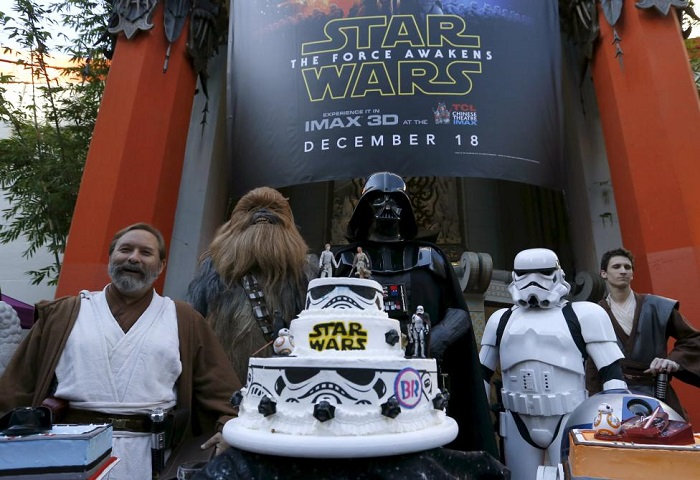 People dressed as characters from Star Wars stand behind a wedding cake December 17, 2015. REUTERS/Mario Anzuoni