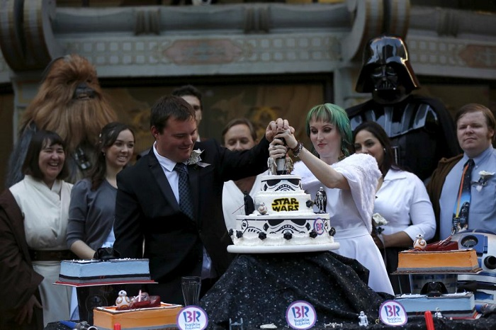 Andrew Porters and his wife Caroline Ritter from Australia cut a cake at their wedding ceremony December 17, 2015. REUTERS/Mario Anzuoni