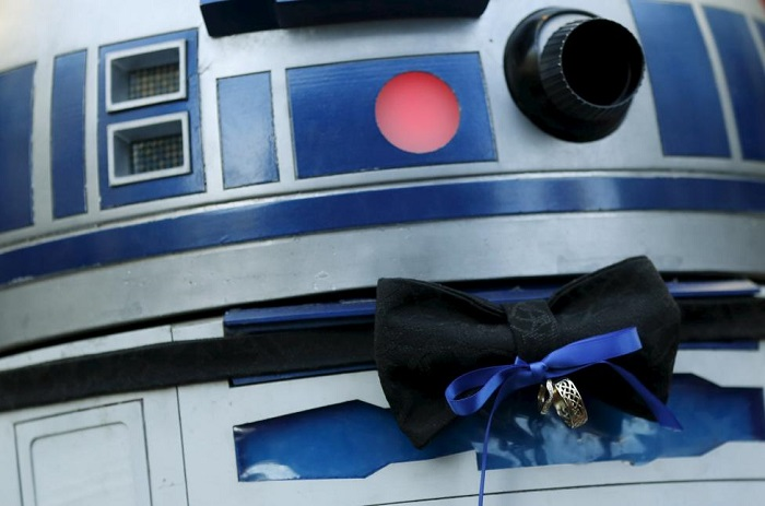 An R2-D2 droid acts as ring bearer during a Star Wars themed wedding December 17, 2015. REUTERS/Mario Anzuoni