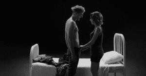 """La creadora de """"First Kiss"""" regresa con un ardiente video donde ahora se desnudan"""