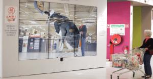 Los clientes de un supermercado pueden ver los orígenes de su comida en un espejo gigante