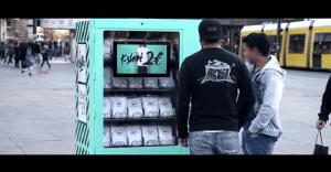 Una máquina dispensadora de ropa que muestra el lado malo de la moda
