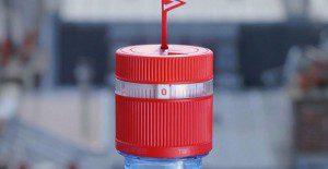 Una botella de agua cuya tapa te hace recordar que debes beber un par de sorbos