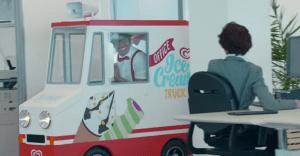 Un camión de helados miniatura irrumpe gratamente en una oficina