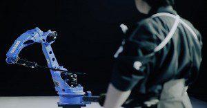 Un robot de alta tecnología se enfrenta a un guerrero samurái en una demostración sin igual