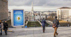 Bruselas busca levantar su imagen con la ayuda de un misterioso teléfono y sus propios ciudadanos