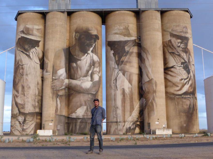 contenedores-gigantes-principal-centro-atracción-pueblo-Australia-1