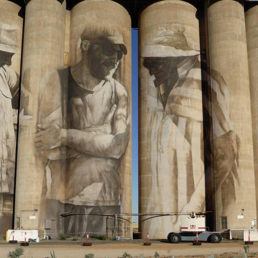 contenedores-gigantes-principal-centro-atracción-pueblo-Australia-2