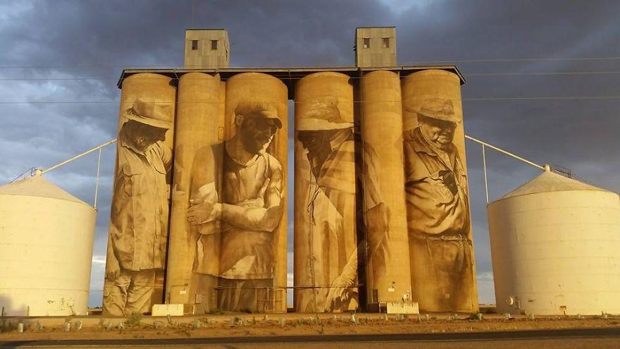 contenedores-gigantes-principal-centro-atracción-pueblo-Australia-3