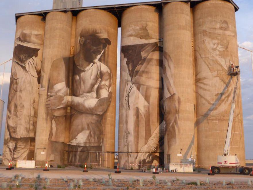 contenedores-gigantes-principal-centro-atracción-pueblo-Australia-4