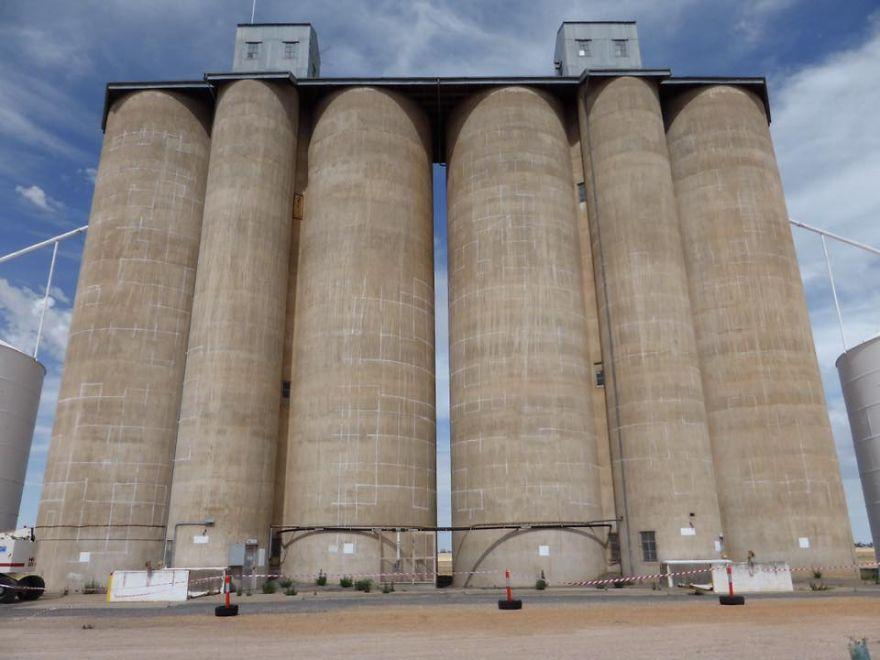 contenedores-gigantes-principal-centro-atracción-pueblo-Australia-5