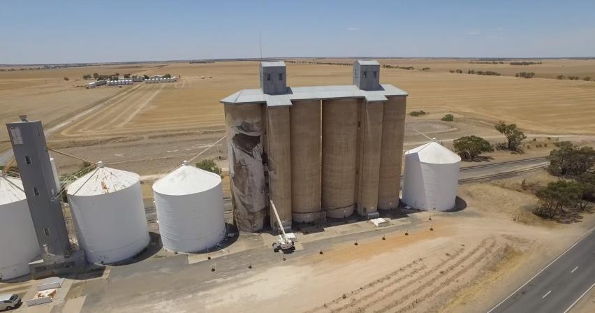 contenedores-gigantes-principal-centro-atracción-pueblo-Australia-8