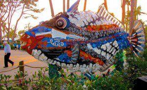 Estas esculturas están hechas de residuos plásticos encontrados en la playa