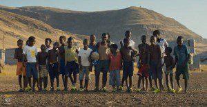 ¿Por qué los niños pobres de Portugal juegan fútbol con un solo zapato? La respuesta los sorprenderá