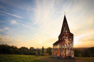 Una iglesia que parece querer desaparecer cuando es vista por diversos ángulos