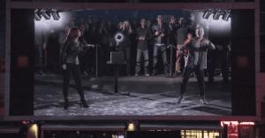 La Lotería de California juega con una proyección en vivo que puso el público a bailar