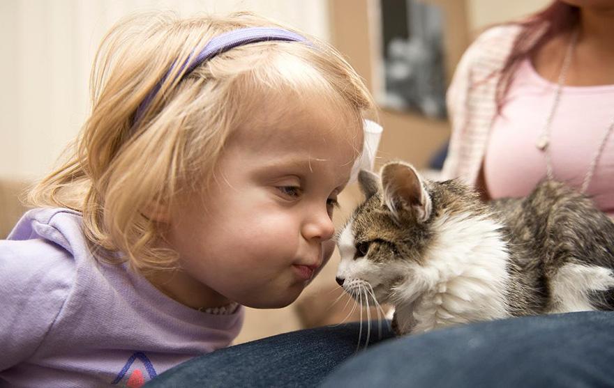 niña-y-pequeño-gatito-son-mejores-amigos-1