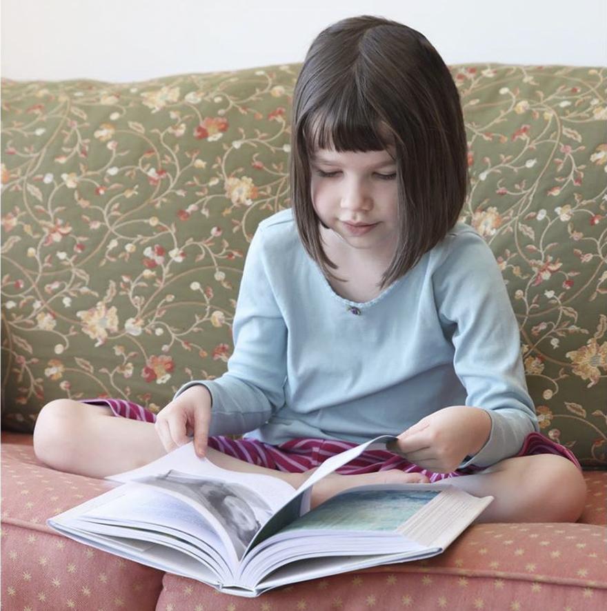 Conoce el arte de esta niña autista y su singular ayudante leyendo