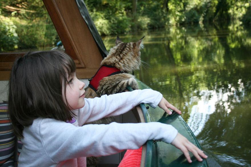Conoce el arte de esta niña autista y su singular ayudante con gato3